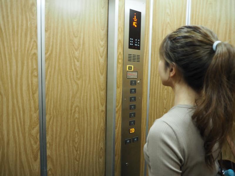 アウトラインエレベーター中